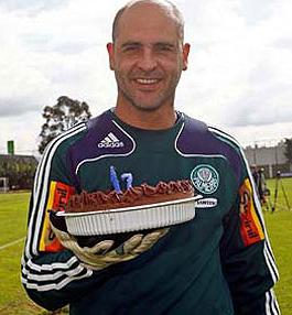 Goleiro Marcos completa 17 anos no Palmeiras e ganha bolo