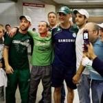 Torcedores madrugam no aeroporto e recebem Palmeiras e o Goleiro São Marcos com festa