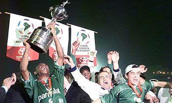 Atletas do Palmeiras comemoram a Libertadores de 1999.