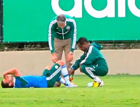 O volante Charles do Palmeiras vai enfrentar o Figueirense mesmo com o dedao roxo