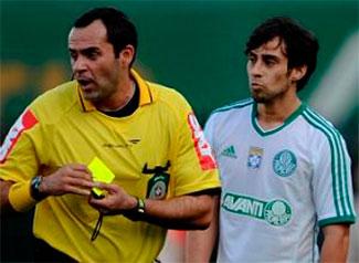 Valdívia leva suspensão por forçar cartão amarelo e fica dois jogos sem jogar