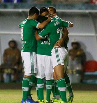 Palmeiras goleia o Figueirense mesmo em gramado ruim e fica isolado no Campeonato da Serie B