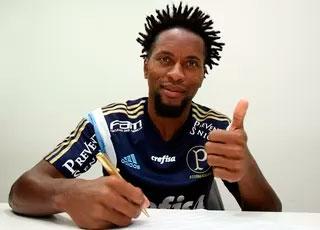 Palmeiras renova contrato lateral com Zé Roberto até 2016